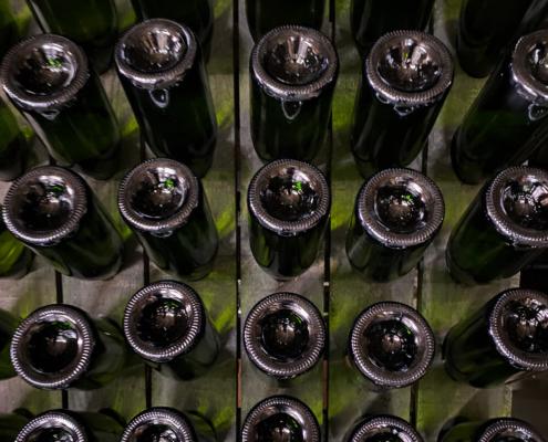 Sektflaschen in Halterung